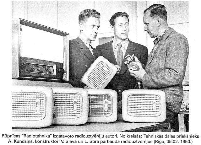 """Rupnicas """"Radiotehnika@ izgatavo radiouztvereju autori. No kreisas: Tehniskais dalas prieksnieks A. Kundzins, konstruktori V. Slava un L. Stira parbauda radiouztverejus (Riga, 05.02. 1950)"""