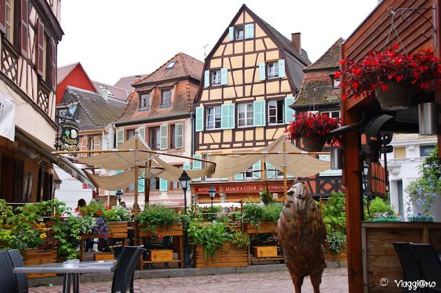 Una delle vie di Colmar con la BierStube Schwendi