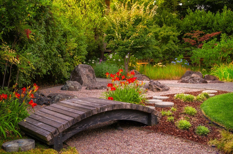 Landscaped garden with gravel and bark chip dry mulches