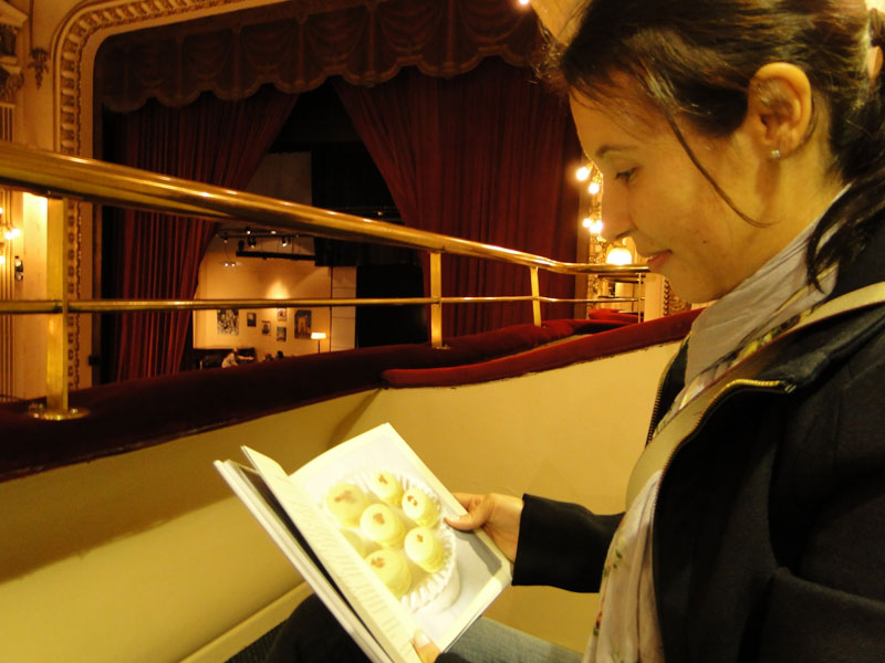 A jornalista e blogueira Mari Bontempo, do VidaDeCozinheiro.com lê livro sobre macarron no camarote da livraria El Ateneo em Buenos Aires na Argentina.