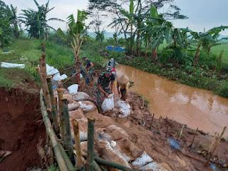 Perbaiki Tanggul Jebol Akibat Banjir Babinsa Ajak Warga