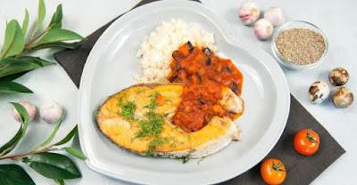 Сёмга с «кускусом» из цветной капусты в баклажанно-томатном соусе