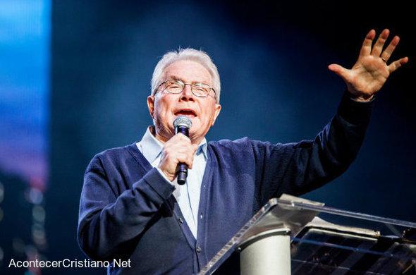 Luis Palau predicando