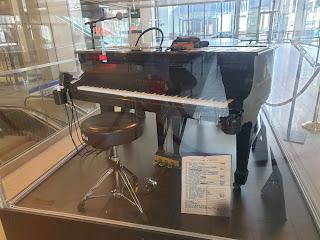 הפסנתר ששימש בהופעה ה-100