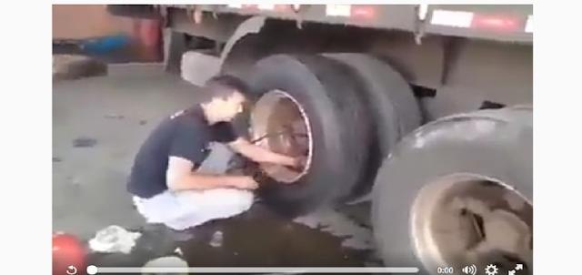 VIDEO: SECEPAT KILAT!! Lihat Cara Kerja Tukang Tambal Ban Truk Ini, Kamu Pasti Takjub