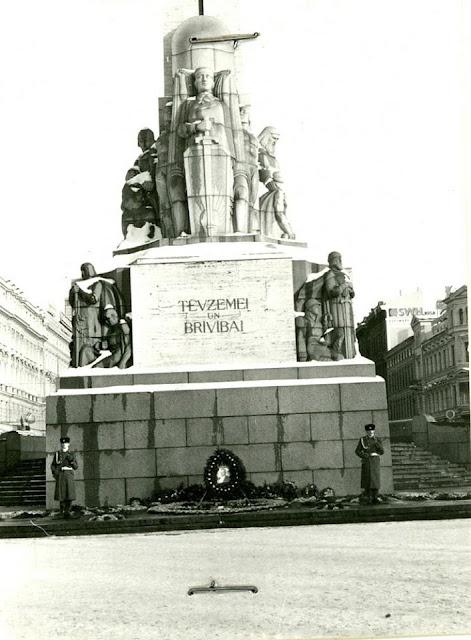1 февраля 1993 года. Рига. Почётный караул у Памятника Свободы