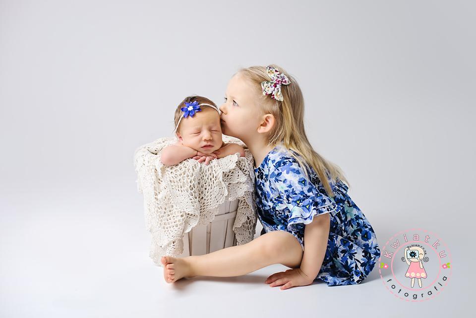 Noworodek w wiaderku i trzy letnia starsza siostra