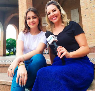 Repórter Abiane Souza com a atriz Klara Castanho - Crédito: Renan Buarque/Divulgação TV Aparecida