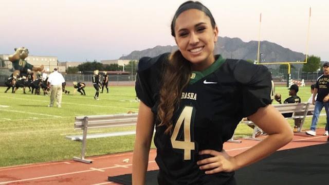 Esta belleza podría ser la primer mujer que jugaría en la NFL; y hay que ver cómo patea