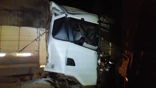 Motorista fica preso às ferragens em acidente entre duas carretas na Fernão Dias, em MG - Fotos: Alô Alô Cidade