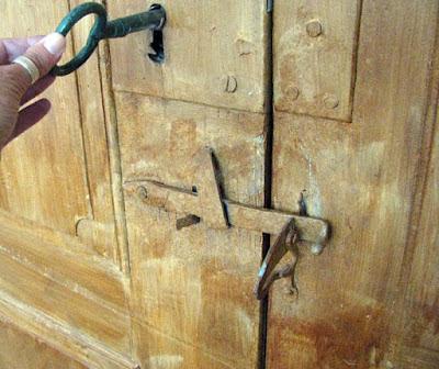 mão segurando a chave de uma porta antiga