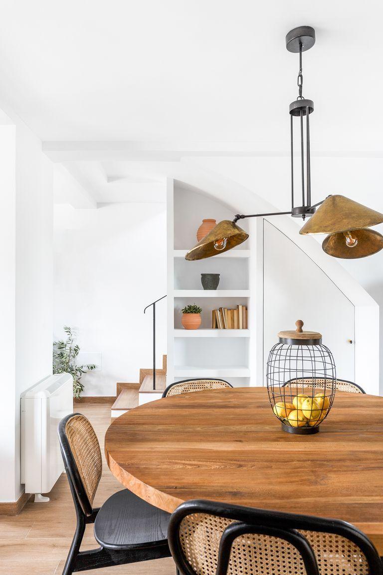 Cocina rústica con mesa redonda