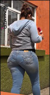 Morena buenas caderas pantalon apretado