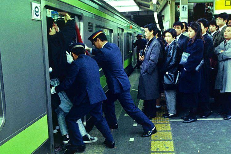 Metro garlarında itici adı verilen, metrodan taşan insanları metronun içine sığdırmakla görevli kişiler vardır.