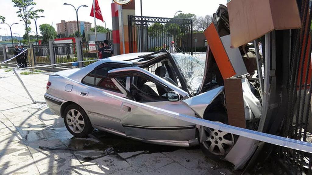 Samandıra'da kaza: Otomobil hurdaya döndü!