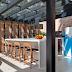 Espaço gourmet com cobertura de vidro e forno de pizza + decor moderno com geladeira Kombi!