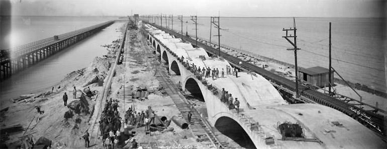 Photographie panoramique de Charles A. Stead du chantier du pont reliant Galveston au continent en 1919