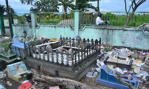 Di Daerah Ini, Kuburan Seakan Menjadi Tempat Sampah