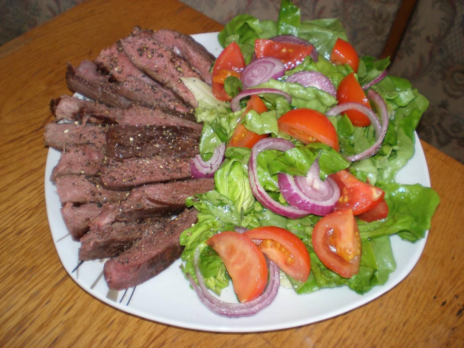 Piept de struț (mediu făcut) și salată verde