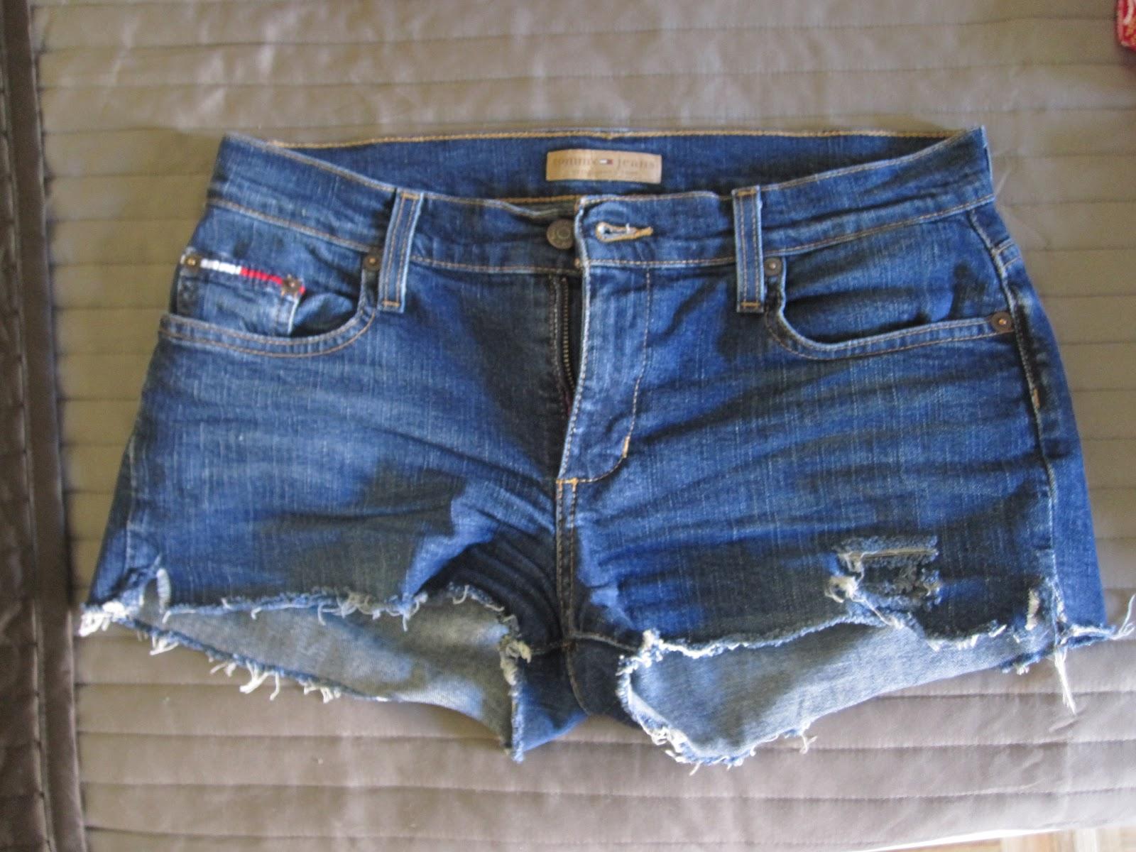 e8a554eca Hoy en día está de moda entre los jóvenes llevar la ropa rota o tazada   sobre todo los pantalones vaqueros  no es un signo de pobreza