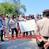 Personil Polsek Marbo Polres Takalar Kawal Demonstran Penyampaian Aksi Damai Di Kantor Desa Punaga