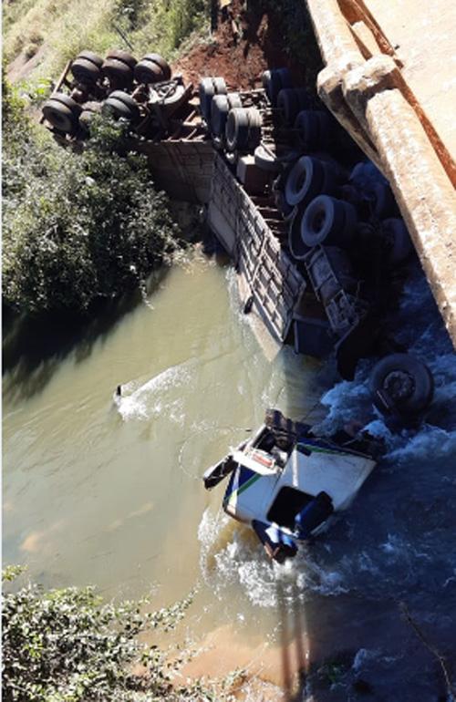 Rio Verde: Caminhões se chocam na GO-174 sobre a ponte do Rio Verdinho