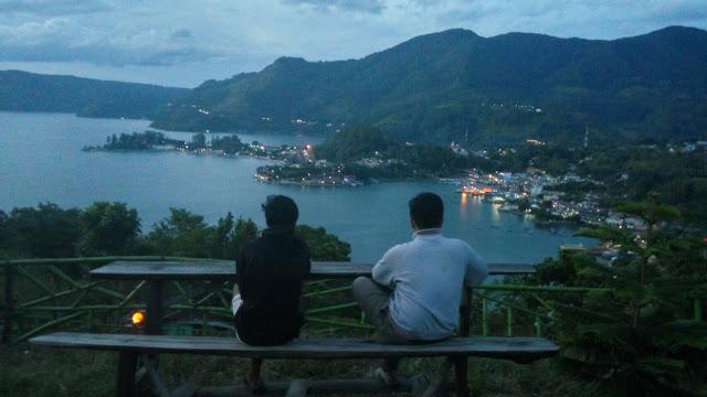 Salah satu Objek Wisata di Seputaran Danau Toba adalah BUKIT SENYUM