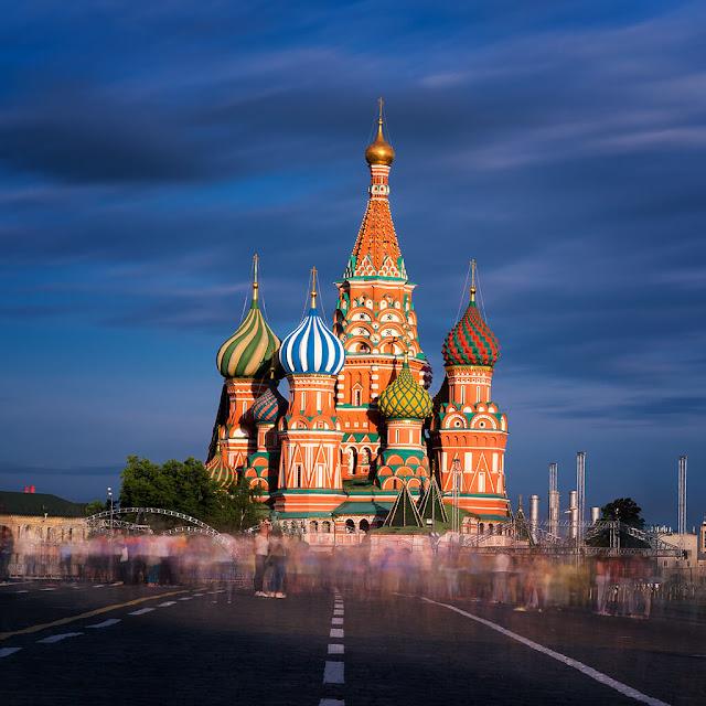Quảng trường Đỏ một công trình đồ sộ mang đẳng cấp thế giới. Nơi đây là khu vực tổng hợp của những cửa hàng mua sắm trên toàn nước Nga-một siêu thị ngầm được xây dựng dưới lòng đất. Đến nơi đây bạn sẽ được tha hồ shopping và trải nghiệm cảm giác thoải mái trên những chuyến du thuyền trên con sông Moskva thơ mộng.