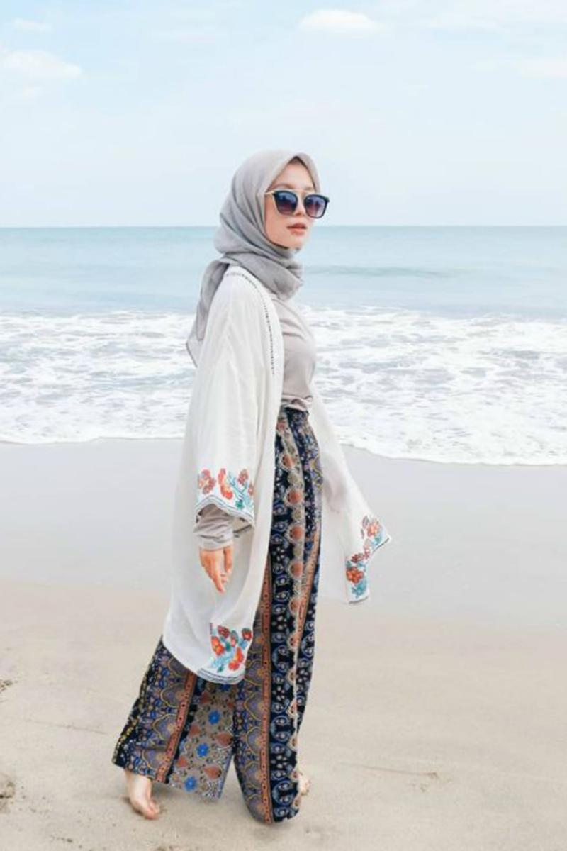 Gaya Foto di Pantai Setengah Horison Model Hijab Pose keren Gaya Berjalan