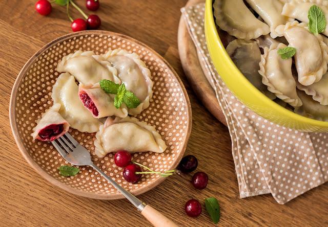 Vareniki là món bánh truyền thống của Ukraina, nhưng đôi khi bị nhầm lẫn thành pierogi do có nhân khoai tây và trái cây. Tuy nhiên điều này là không đúng, bởi vì dù rất giống nhau, nhưng chúng vẫn mang những nét riêng biệt từ vùng đất mẹ nơi sinh ra chúng. Vareniki có da bánh bên ngoài mỏng hơn, dùng bột mì nghiền mịn nhất có thể. Ở nhiều vùng, Vareniki có thể mang các loại nhân cực kì béo như mỡ lợn, khoai tây, phô mai, trứng và sữa.