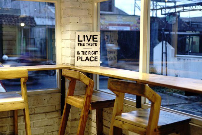 Spot duduk di kedai kopi yang menghadap ke jalan