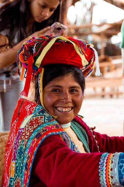 Perú - Mujer con vestido tradicional