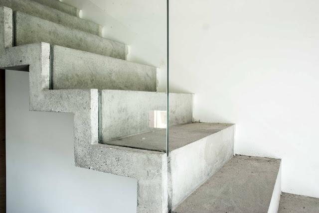 scala in cemento con protezione a tutta parete in vetro