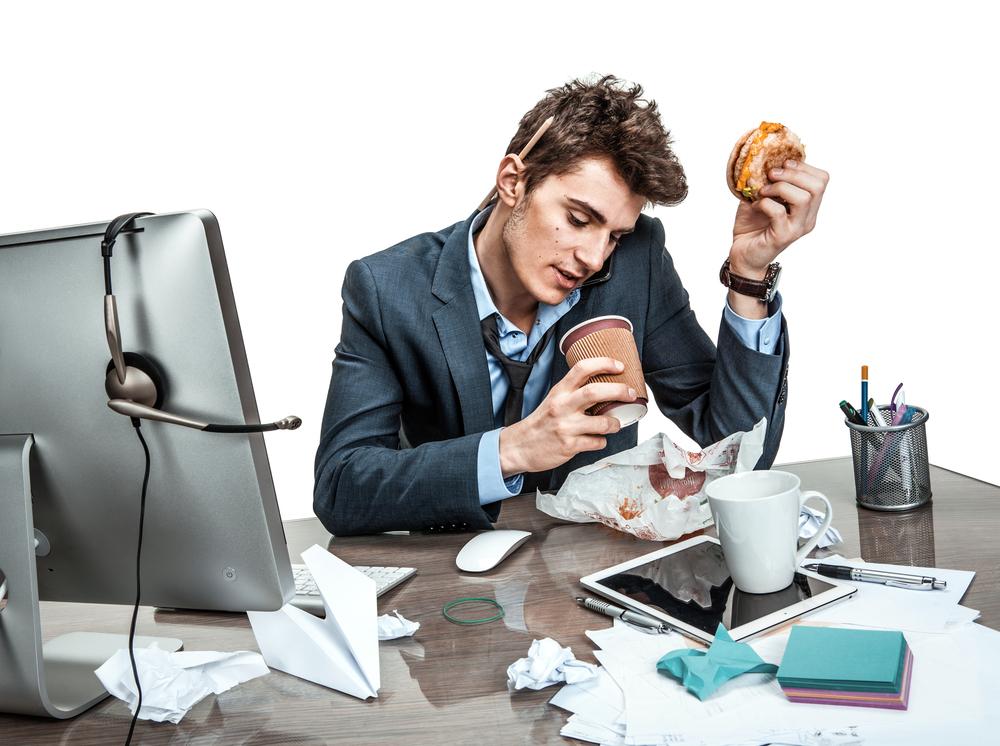 pemuda makan sambil kerja
