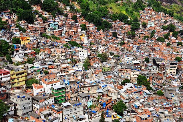 """Os brasileiros super-ricos pagam menos imposto, na proporção da sua renda, que um cidadão típico de classe média alta, sobretudo assalariado, o que viola o princípio da progressividade tributária, segundo o qual o nível de tributação deve crescer com a renda. Essa é uma das conclusões de artigo publicado em dezembro pelo IPC-IG (Centro Internacional de Políticas para o Crescimento Inclusivo), vinculado ao PNUD (Programa das Nações Unidas para o Desenvolvimento). O estudo, que analisou dados de Imposto de Renda referentes ao período de 2007 a 2013, mostrou que os brasileiros """"super-ricos"""" do topo da pirâmide social somam aproximadamente 71 mil pessoas (0,05% da população adulta), que ganharam, em média, 4,1 milhões de reais em 2013. De acordo com o levantamento, esses brasileiros pagam menos imposto, na proporção de sua renda, que um cidadão de classe média alta. Isso porque cerca de dois terços da renda dos super-ricos está isenta de qualquer incidência tributária, proporção superior a qualquer outra faixa de rendimento."""