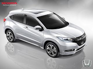Harga Honda HR-V 2017, Review, Spesifikasi & Gambar  Harga Honda HRV dan Spesifikasi – Pertama kali hadir sebagai mobil pra-produksi di ajang Tokyo Moyotor Show 2013 dengan nama Honda Vezel, kehadiran Honda HR-V cukup menarik perhatian pengunjung lewat desain modern yang dibawanya. Melihat antusiasme publik yang cukup tinggi, sebulan kemudian, Honda Jepang meluncurkan versi produksi Honda Vezel, namun dengan nama Honda HRV yang notabene merupakan nama SUV Honda yang pernah diproduksi pada tahun 1999 hingga 2006. Versi baru HR-V ini resmi menjadi penerus generasi lama sekaligus menjadi versi produksi massal dari Honda Vezel. Menyasar segmen Low Sport Utility Vehicle atau Low SUV, Honda HR-V ditempatkan satu level di bawah SUV andalan Honda lainnya yakni, Honda CR-V yang sudah lebih dulu melenggang di pasaran. Di Indonesia sendiri, mobil ini hadir perdana pada tahun 2014 dan berhasil membuka pasar baru bagi Honda di Indonesia sebagai crossover modern. Honda sendiri lebih senang menyebut HR-V adalah mobil jenis Crossover Utility Vehicle. Sejak pertama kali dihadirkan di Indonesia pada tahun 2014 kemarin, Honda HRV langsung mencuri perhatian publik lewat desain yang gagah dan sporty. HR-V sendiri juga mampu mendobrak pangsa pasar crossover di mana sebelumnya di dominasi nama-nama tenar seperti Mitsubishi Outlander Sport atau Nissan Juke. Keberhasilan Honda HR-V dalam debutnya di Tanah Air juga dibuktikan dengan penjualannya yang sangat bagus. honda hr-v  Honda HR-V  Kehadiran Honda HRV pun patut diapresiasi karena Honda Indonesia memutuskan untuk merakitanya di dalam negeri. Selain untuk menekan biaya operasional dan biaya produksi, perakitan di dalam negeri ini juga dimaksudkan agar HR-V benar-benar sesuai dengan keinginan pasar. Maka, jadilah Honda HR-V ini sebagai unit medium crossover yang memiliki citarasa Indonesia. Jika dilihat dari tampilan fisiknya, mobil ini memang membawa nuansa utility car generasi baru yang sengaja didesain agar mampu menembus segala medan 