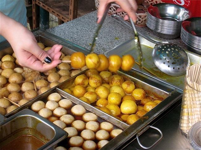 curry fishballs in Hong Kong
