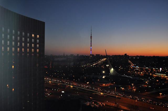 """Вид из гостиницы """"Космос"""" на останкинскую телебашню"""