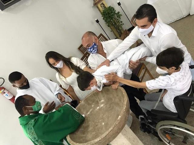 Garoto viraliza nas redes sociais após dar 'sermão' em diácono durante batizado na Bahia: 'Não está sabendo batizar, não?'