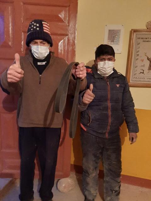 Um 18:30 kommt Elmer mit dem neuen Keilriemen aus Tupiza zurück