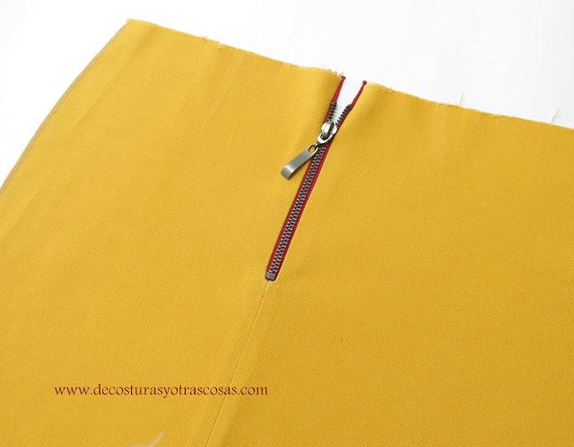 falda con cremallera metálica a la vista