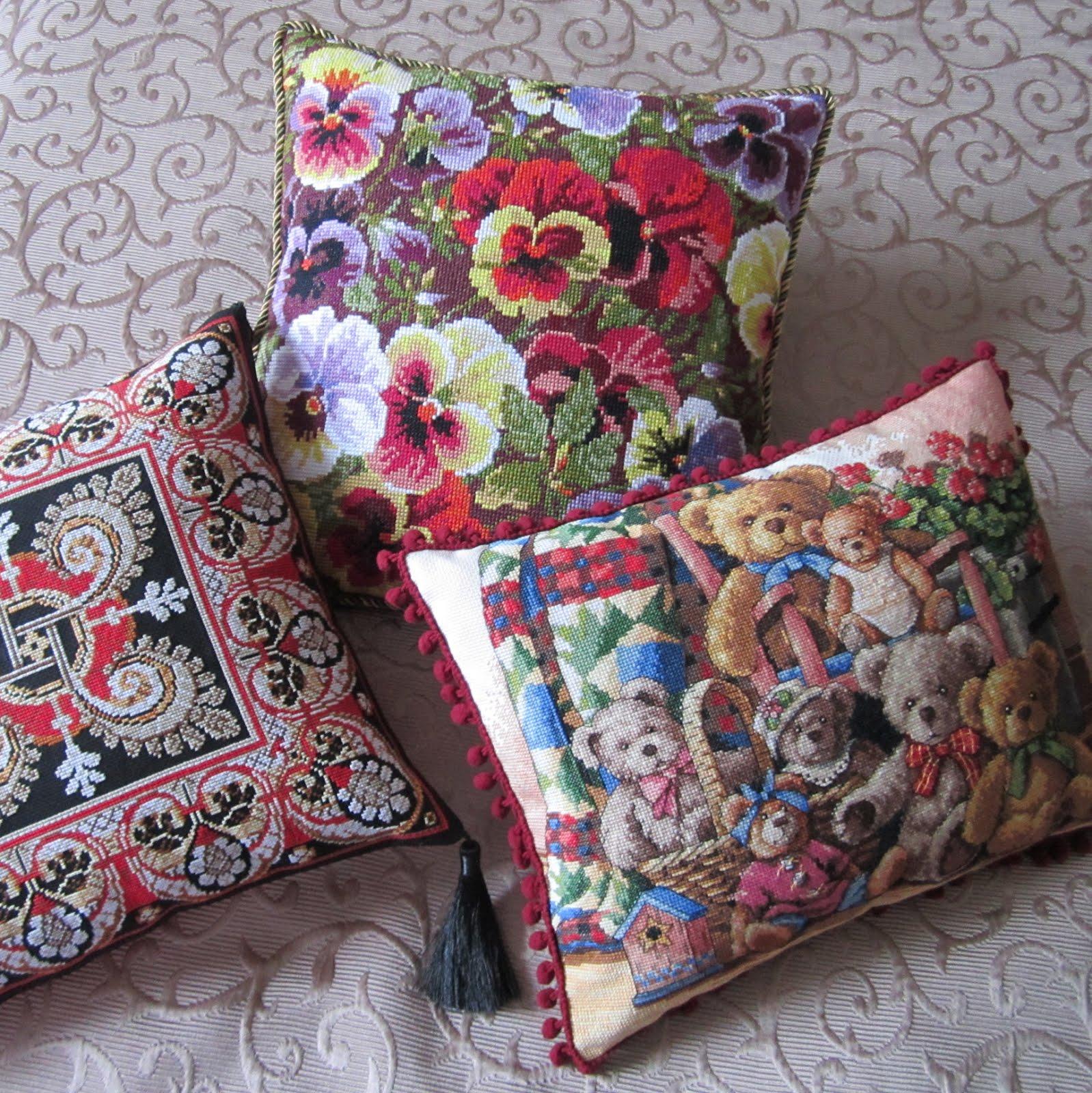 Подушка вышитая интерьерная диванная