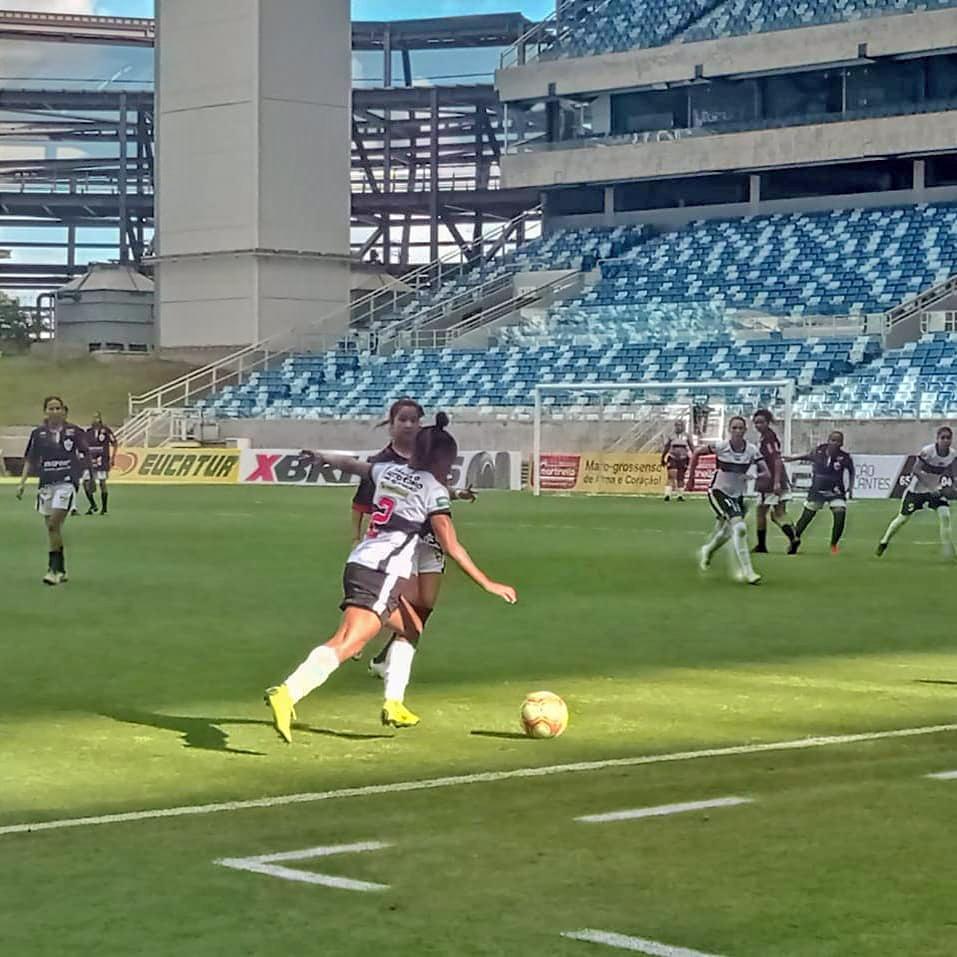 Meninas jogando futebol na Arena Pantanal