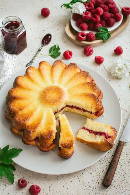 Recette du gâteau moelleux citron et confiture de framboises