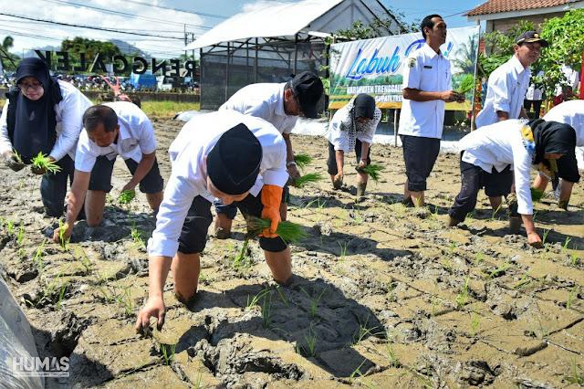 Ajarkan Cara Membuat Pupuk Organik Cair, Bupati Trenggalek Ingin Petani Bisa Tekan Biaya Produksi