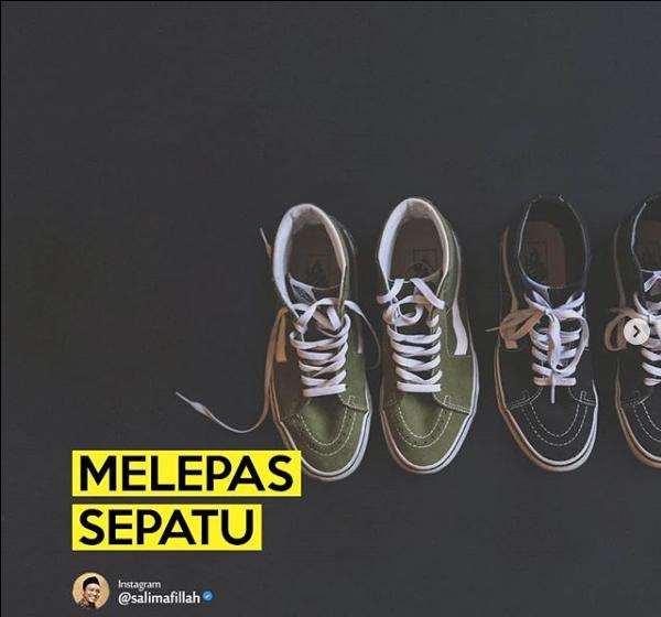 MELEPAS SEPATU