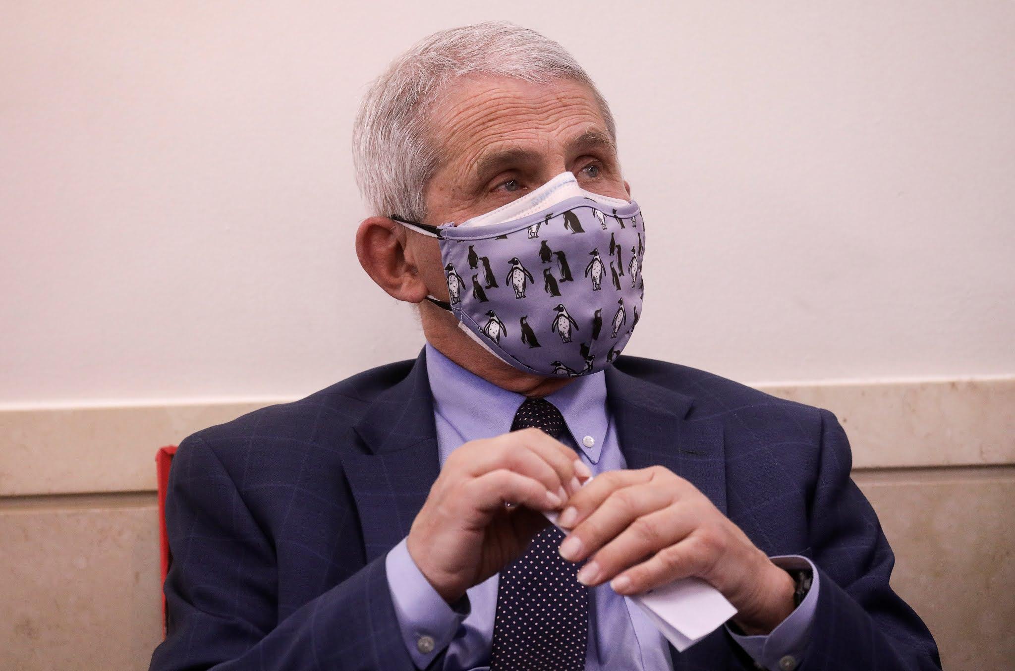 Anthony Fauci dice que los CDC podrían recomendar usar dos mascarillas para combatir el coronavirus