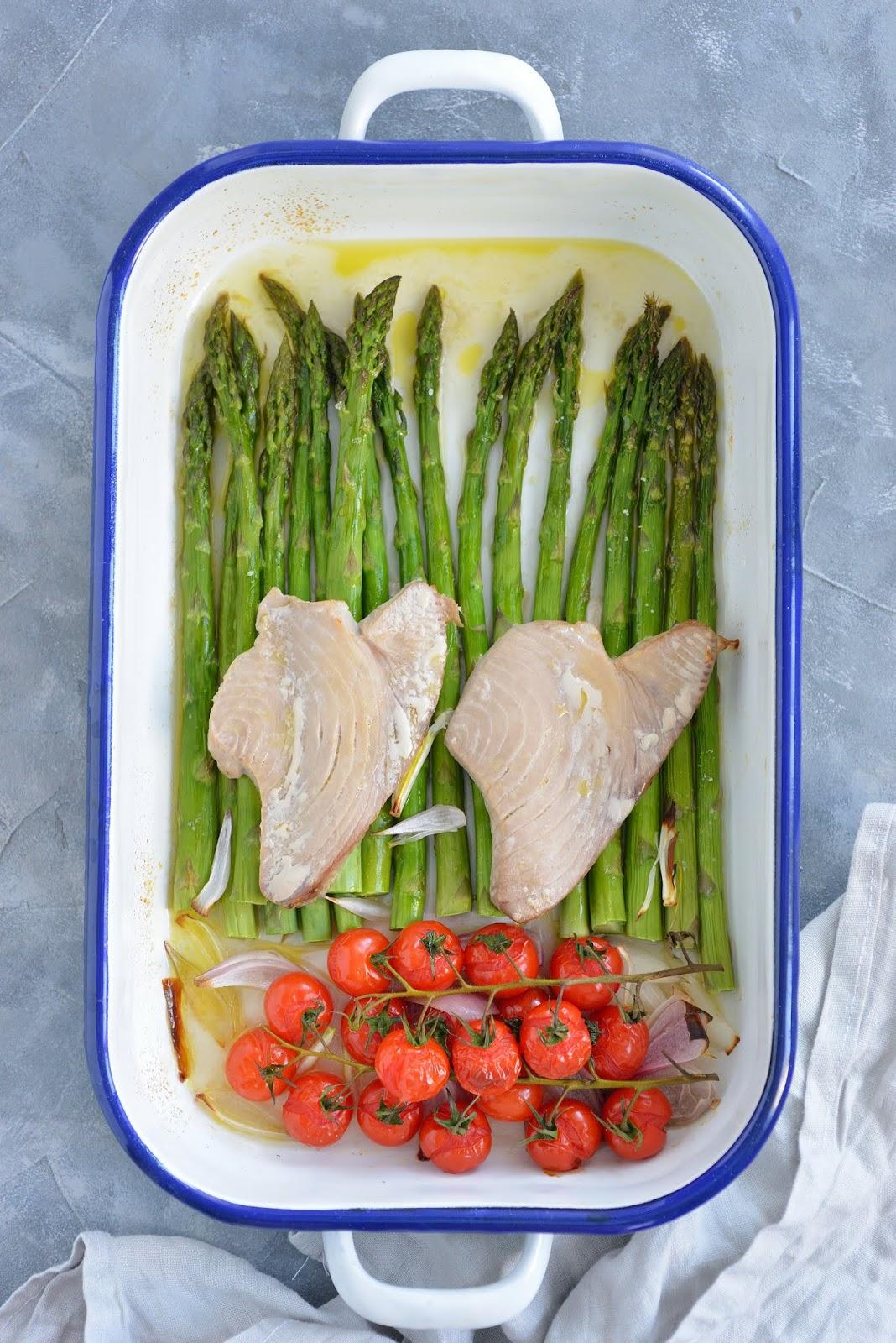 Pieczone zielone szparagi ze stekami z tuńczyka. Obiad w 20 minut!