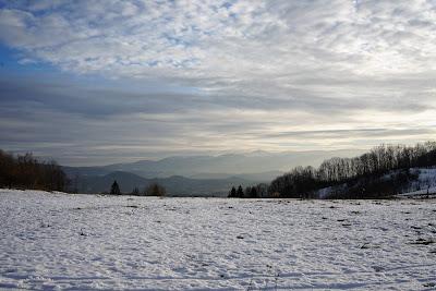 Przepiękne widoki na przełęczy - Karkonosze ze Śnieżką, a przed nimi Rudawy