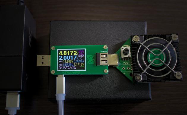 Wskazania miernika po podłączeniu go do miernika przez kabelek GreenCell 25ccm USB do microUSB w silikonowej otoczce